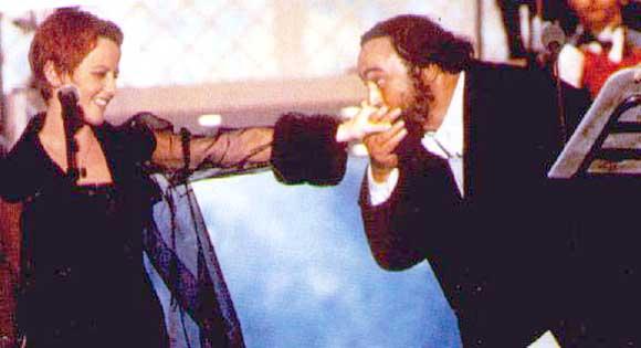 Dolores_O'Riordan_e_Luciano_Pavarotti_(Pavarotti_&_Friends_1995)
